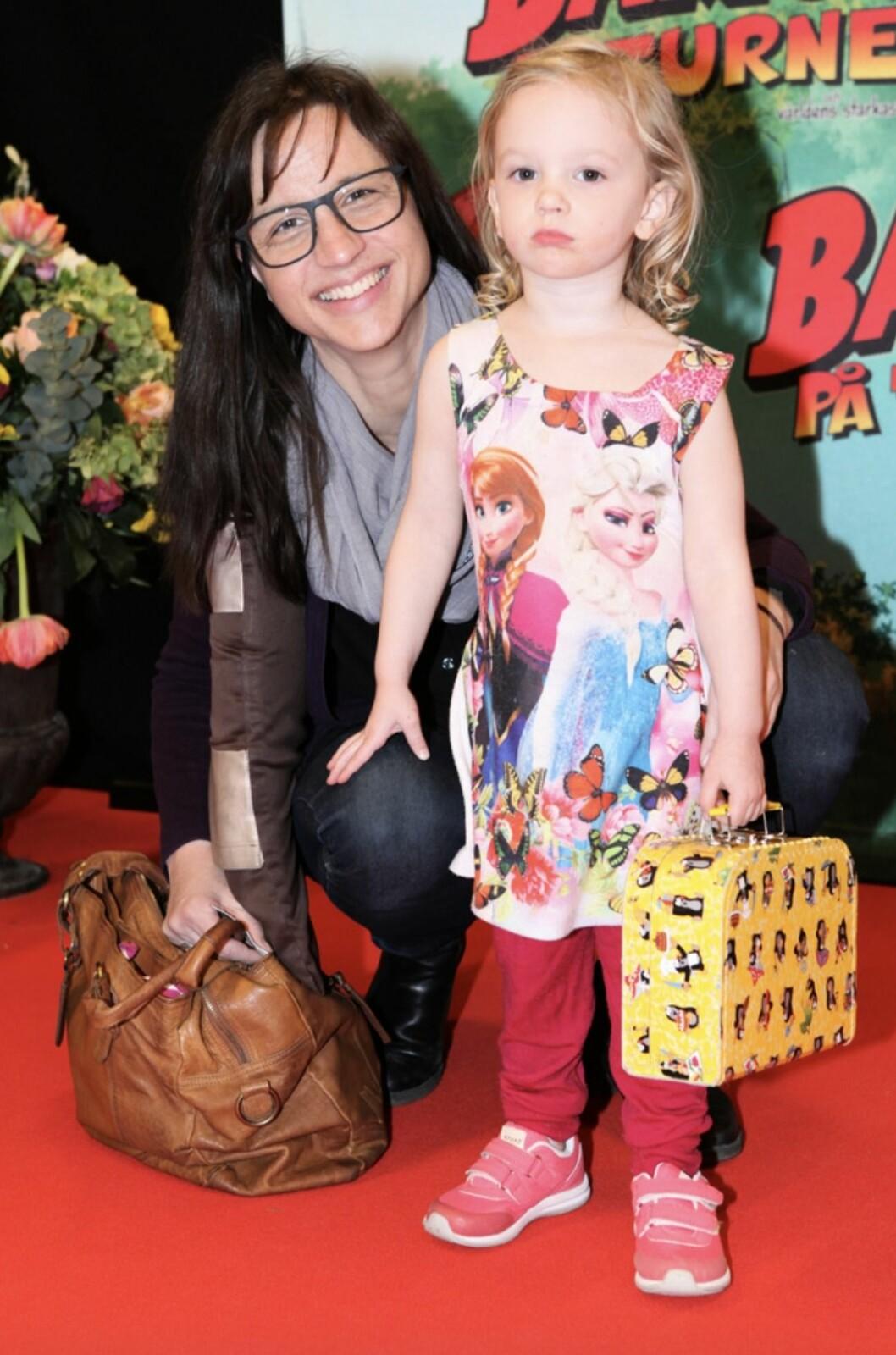 Petra Mede tillsammans med dottern Adeline