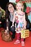 Petra Mede med dottern Adeline på röda mattan