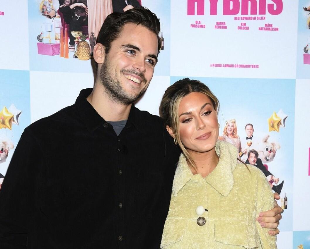"""Phillipe Cohen håller om Bianca Ingrosso på premiären av """"Pernilla Wahlgren har hybris"""""""