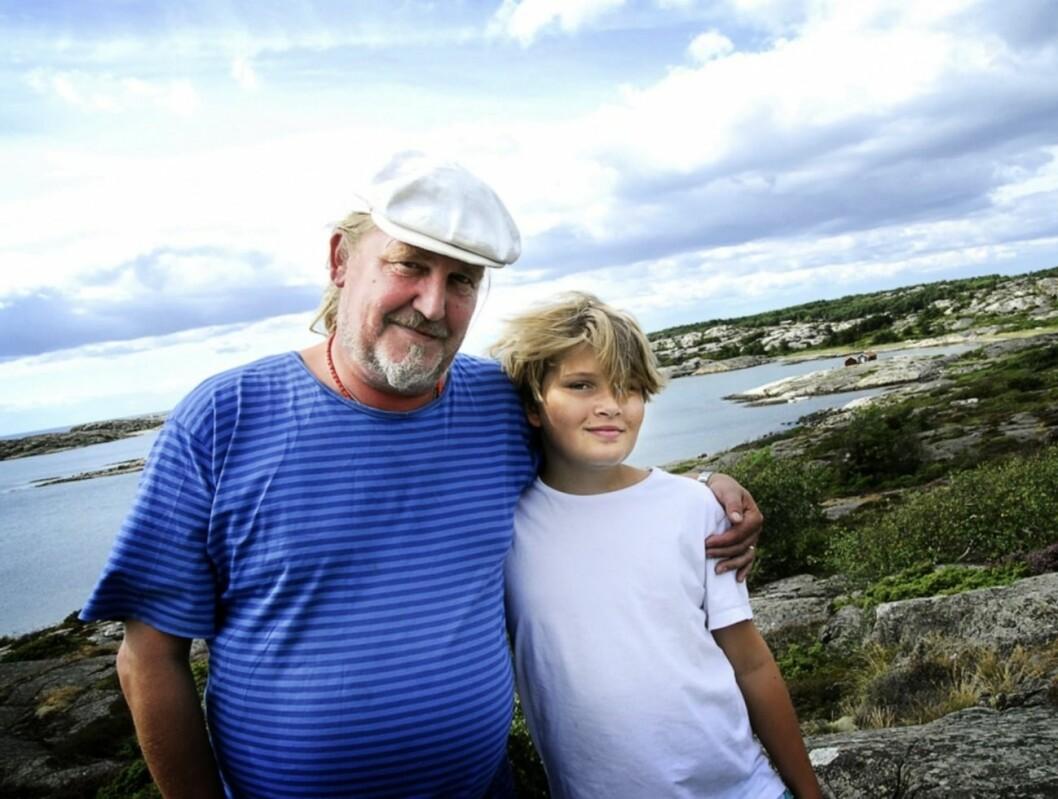 Plura och yngste sonen Nils vid havet
