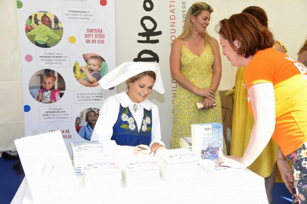 prinsessan madeleine signerar boken Stella och hemligheten