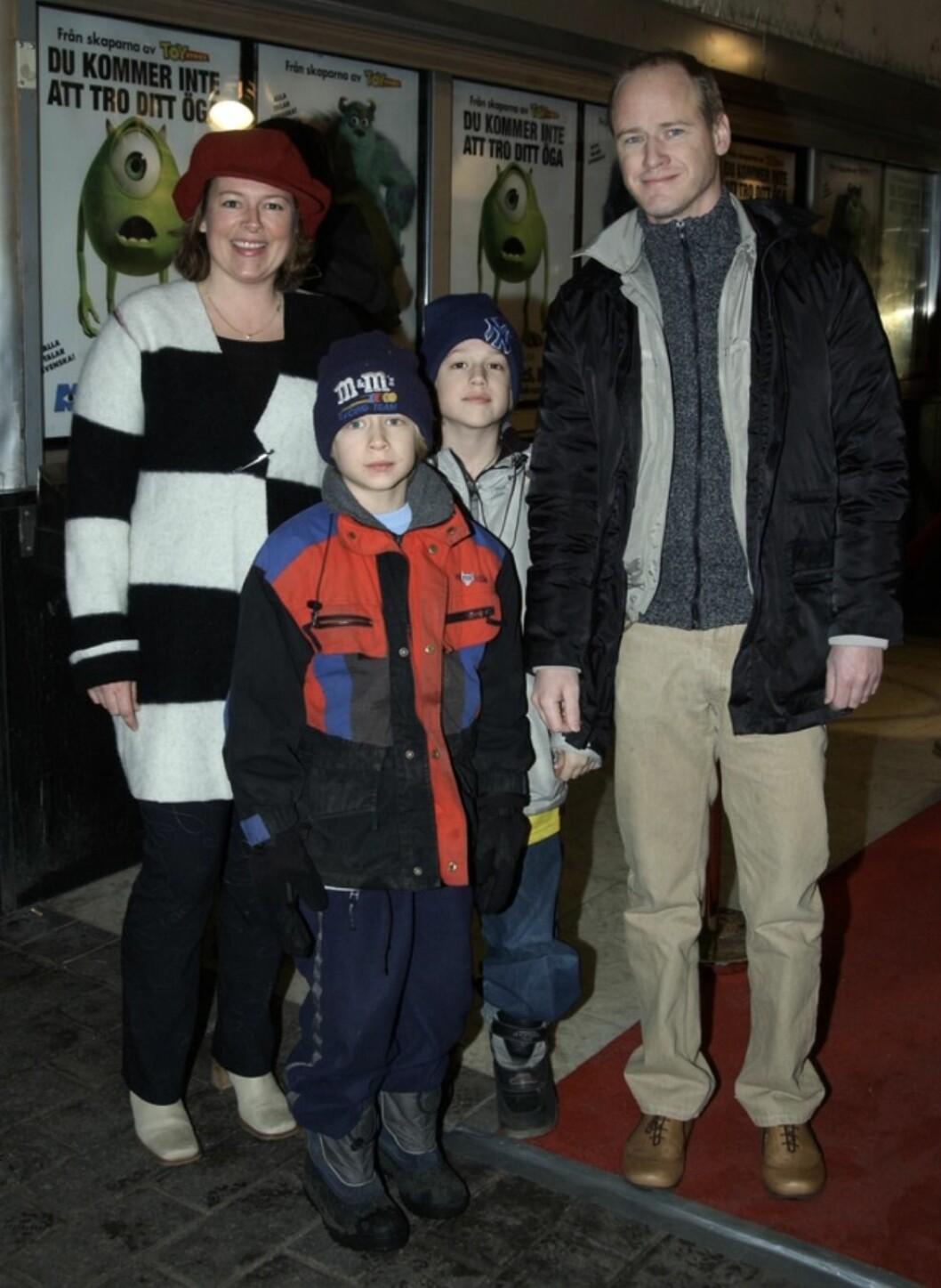 Robert Gustafsson med frun Lotta och barnen Valentin och John på Monsters Inc premiär