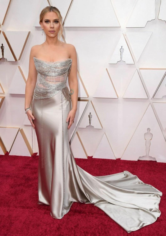 Scarlett Johansson i guldig klänning på röda mattan