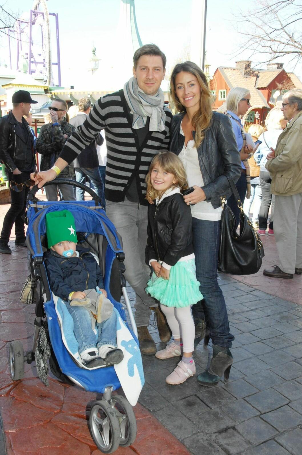 Jessica Wahlgren och Linus Wahlgren tillsammans med barnen Linn och Collin