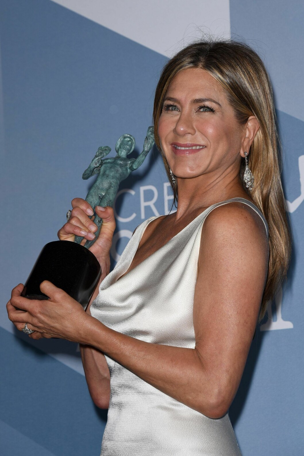 En överlycklig Jennifer Aniston poserar med statyetten under creen Actors Guild Awards.