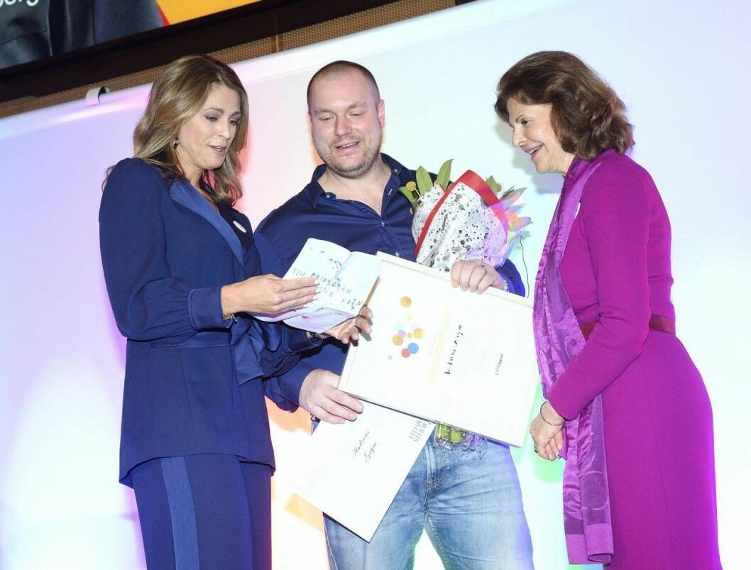 Prinsessan Madeleine och drottnng Silvia överräckte priset till 2019 års vinnare av Childhoodpriset: Andreas Grym.