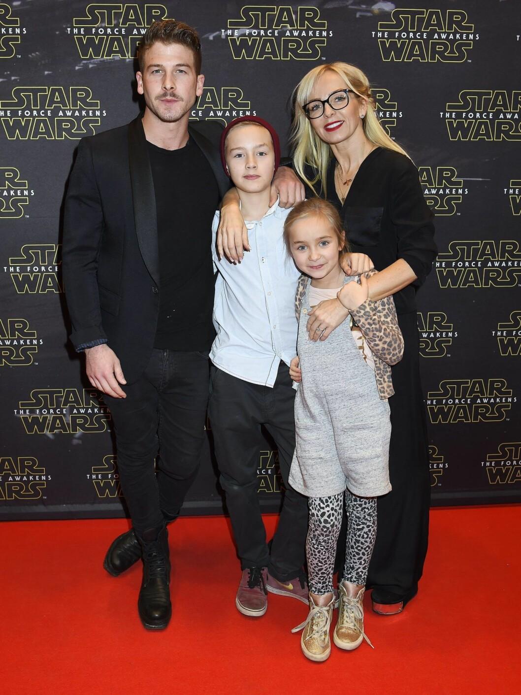 Kenny Solomons och Tess Merkel med barnen Neo och Minya
