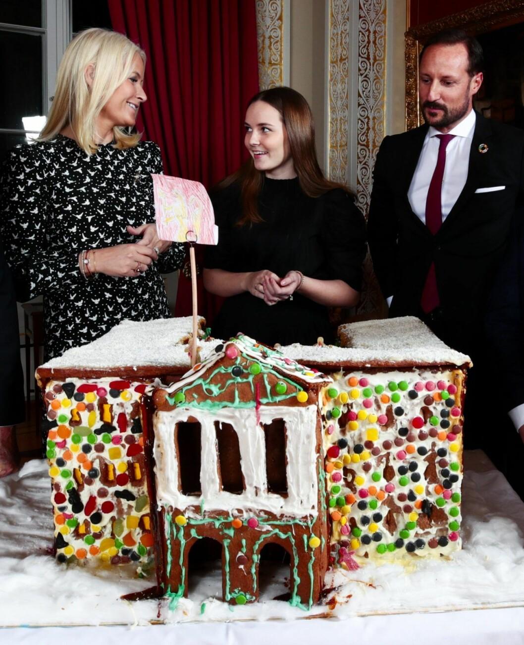 Prinsessan Ingrid Alexandra med mamma och pappa, kronprinsessan Mette-Marit och kronprins Haakon.