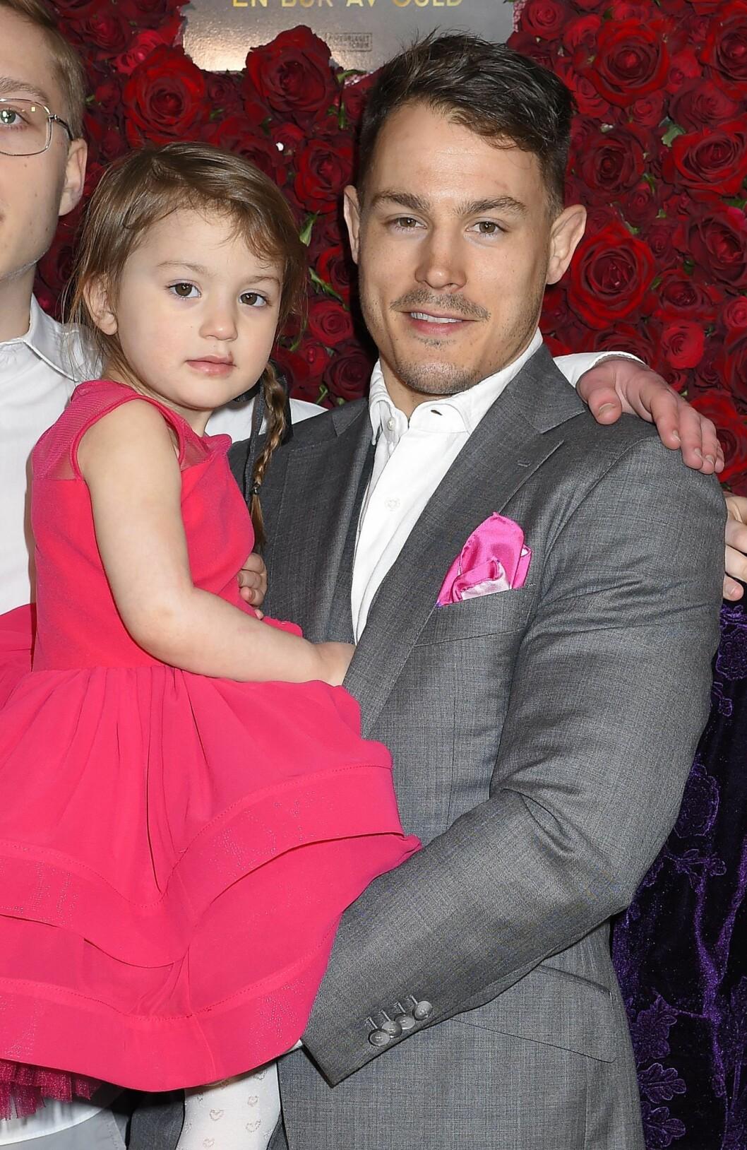 Simon Sköld tog med sig dottern Polly på releasefesten för hustrun Camilla Läckbergs bok En bur av guld.