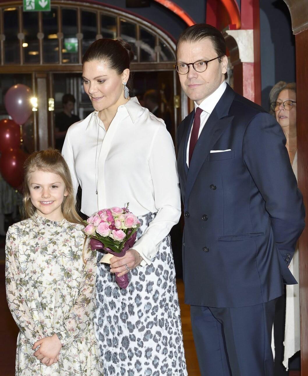 Prinsessan Estelle med mamma och pappa: kronprinsessan Victoria och prins Daniel.