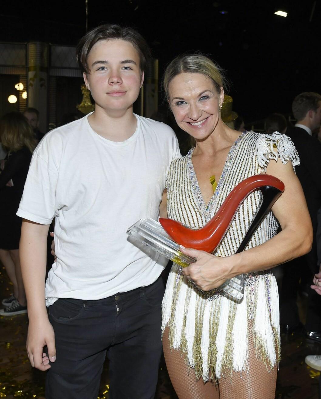 Kristin Kaspersen gratulerades av sonen Leon Fahlén efter vinsten i Let´s dance.