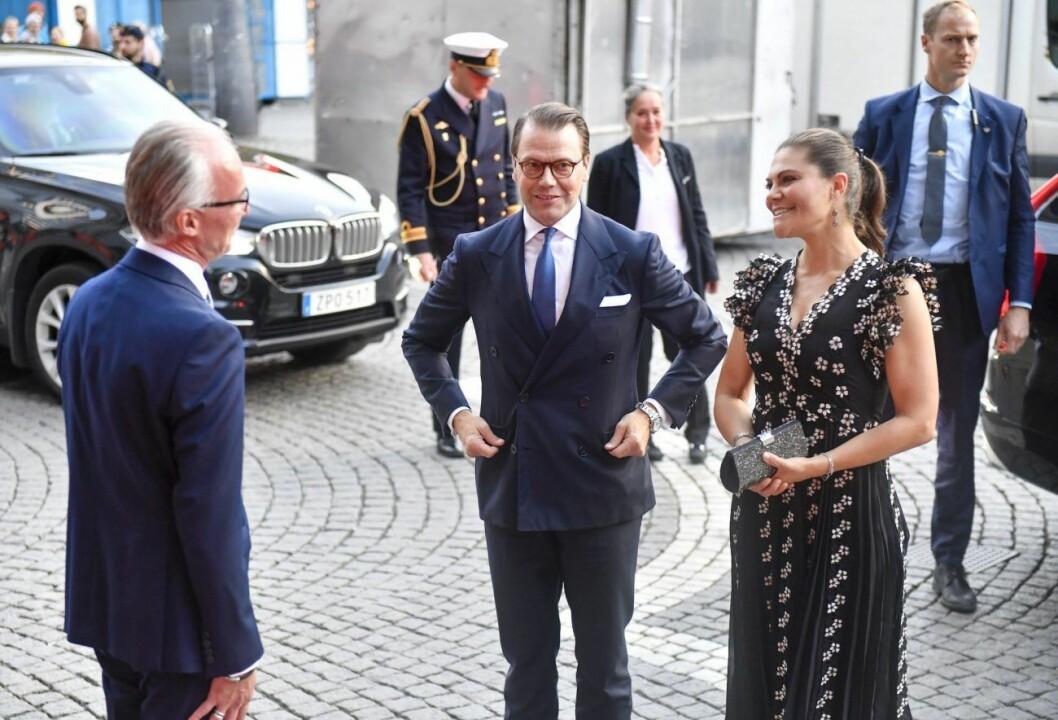 Kronprinsessan Victoria och prins Daniel anländer till Kungliga Filharmonikernas säsongsöppning i Konserthuset