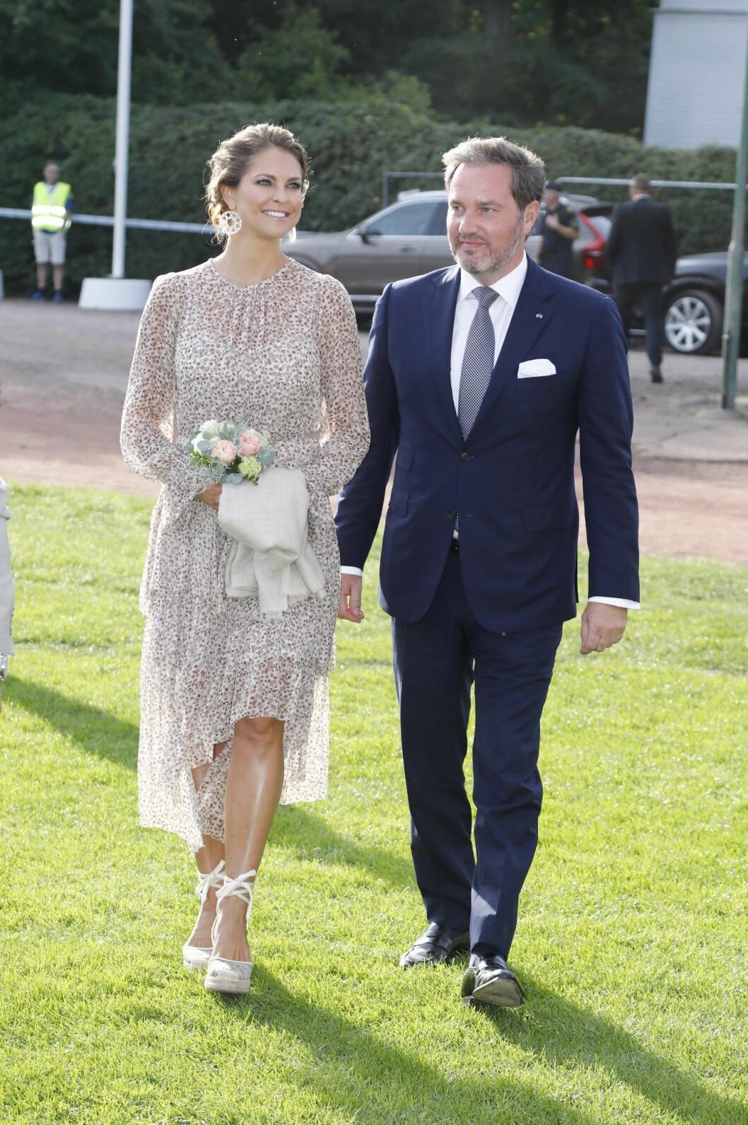 Prinsessan Madeleine i en beige klänning med Chris vid sin sida