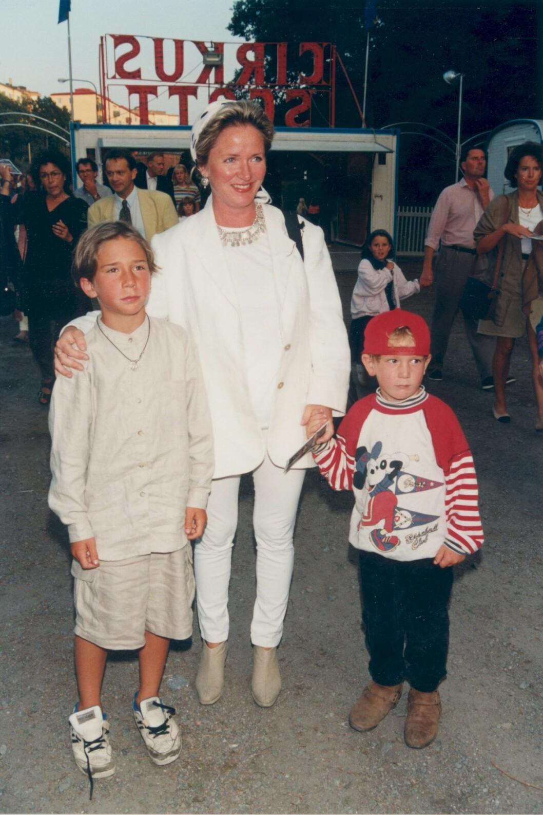Malou von Sivers med sönerna Sebastian och Malcolm 1995