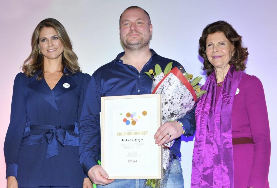 Prinsessan Madeleine och drottning Silvia delade också ut pris till årets vinnare av Childhoodpriset, Andreas Grym.