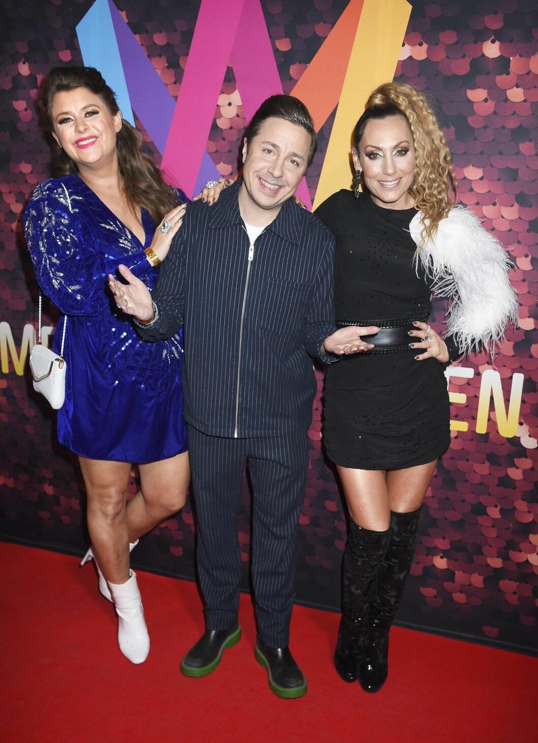 Linnea Henriksson tillsammans med programledarkollegorna David Sundin och Lina Hedlund under Melodifestivalen.