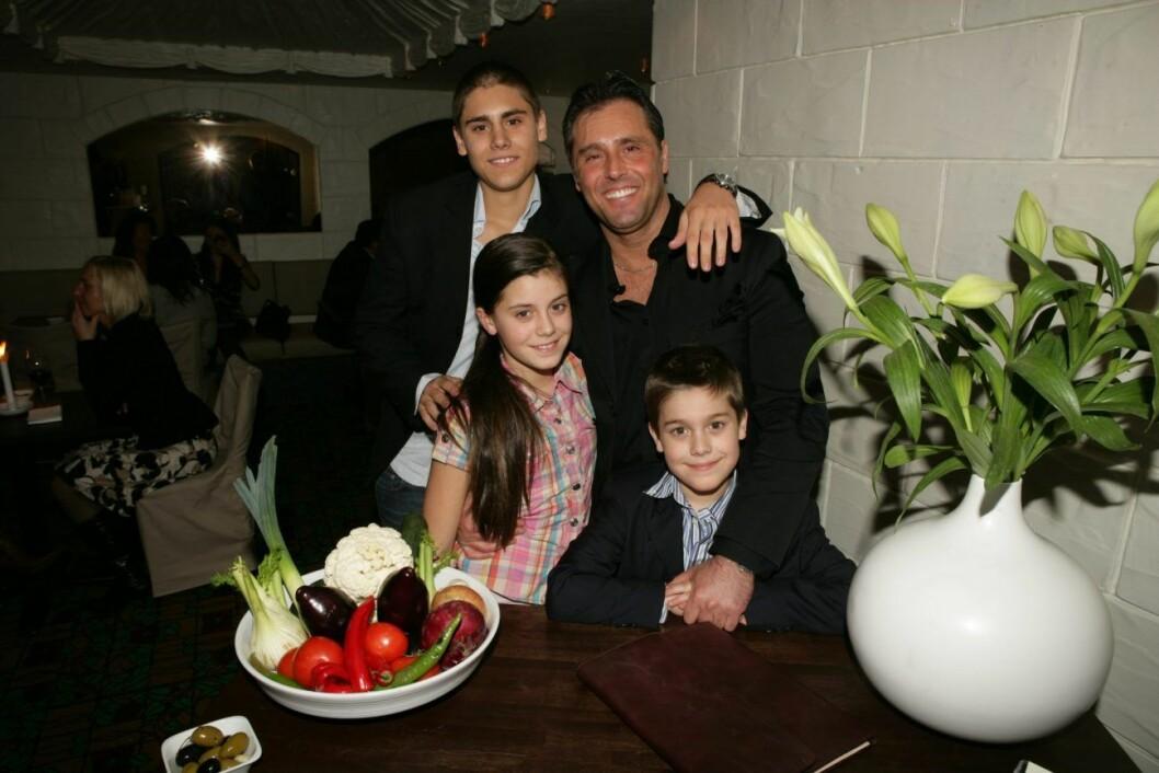 Bianca Ingrosso tillsammans med pappa Emilio och bröderna Oliver och Benjamin