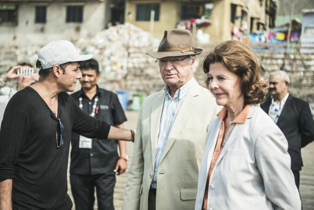 Kung Carl Gustaf och drottning Silvia fick hjälpa till att plocka skräp på Versova Beach i Mumbai.
