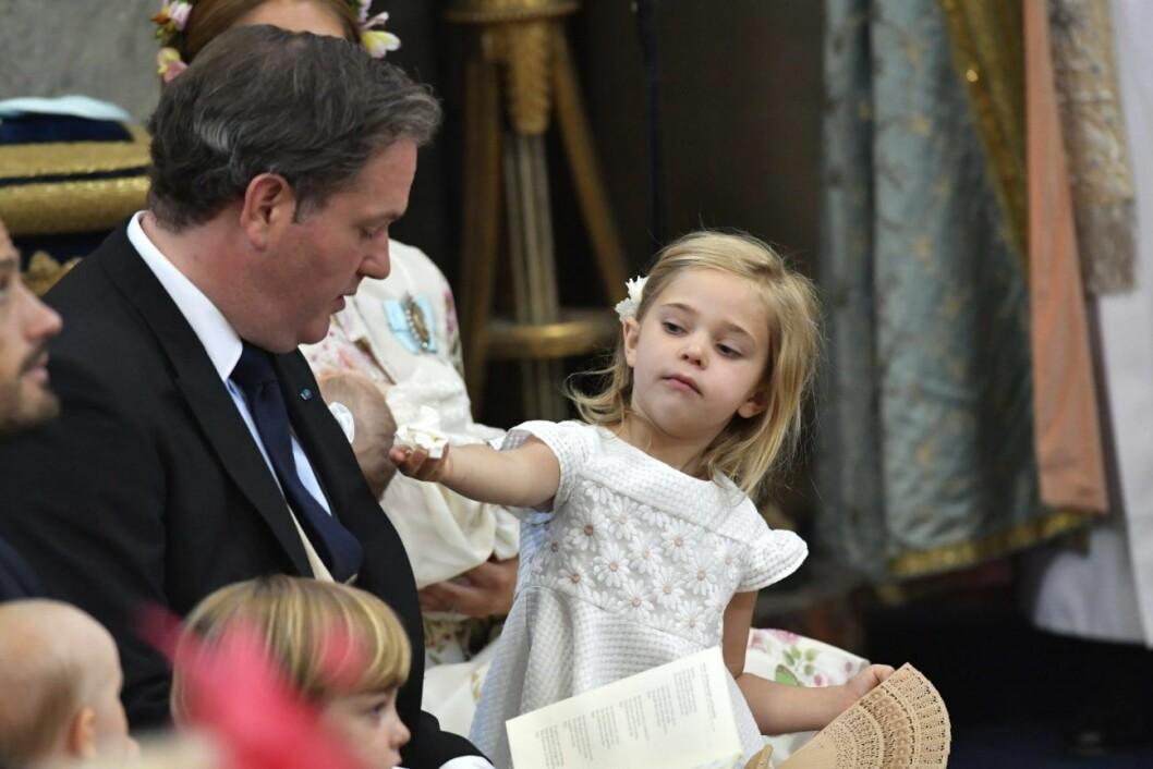 Prinsessan Estelle på lilla syster adriennes dop