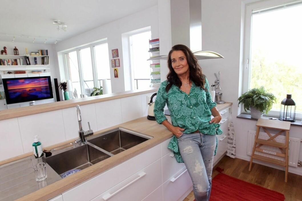 Agneta Sjödin visar upp lägenheten