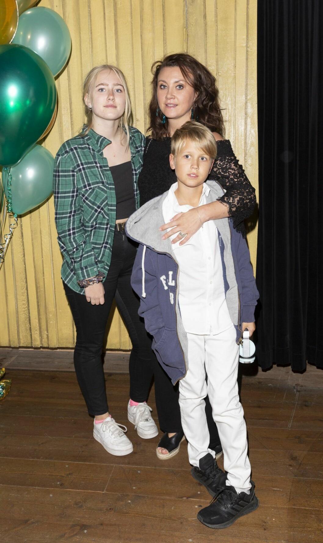 Camilla Läckberg tar med sig barnen Camilla Läckberg med barnen Meja Eriksson och Chalie på röda mattan.