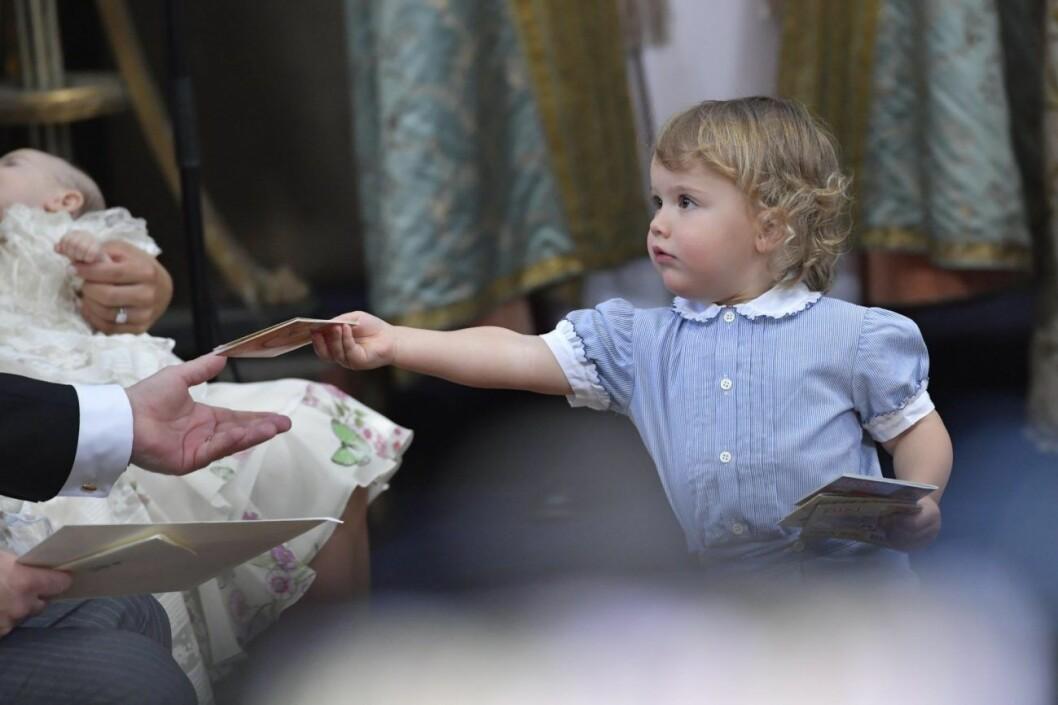 Prins Alexander busar på Adriennes dop.