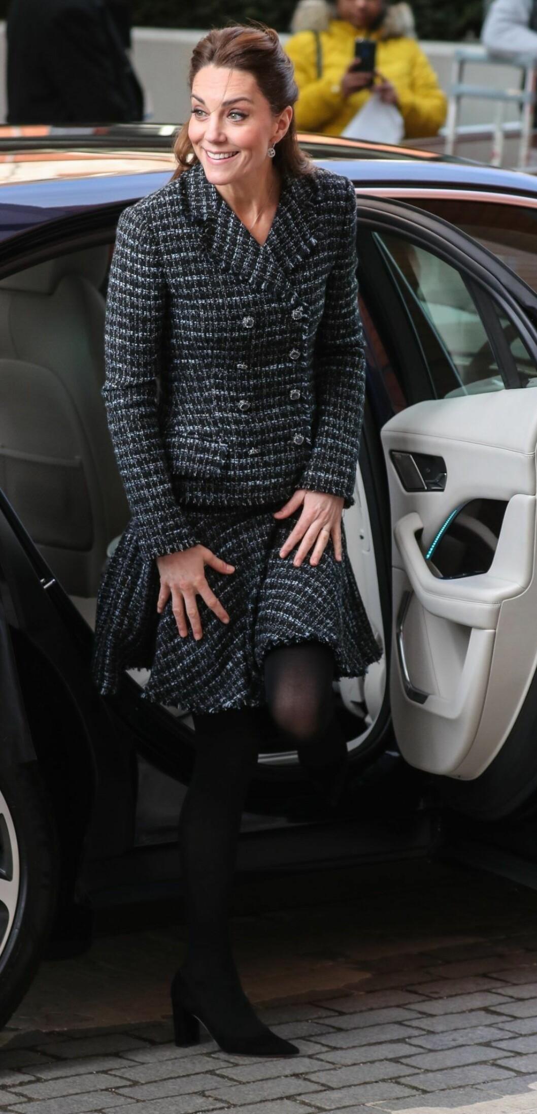 På bilderna syns det tydligt att Kate Middleton inte bär sin förlovningsring.