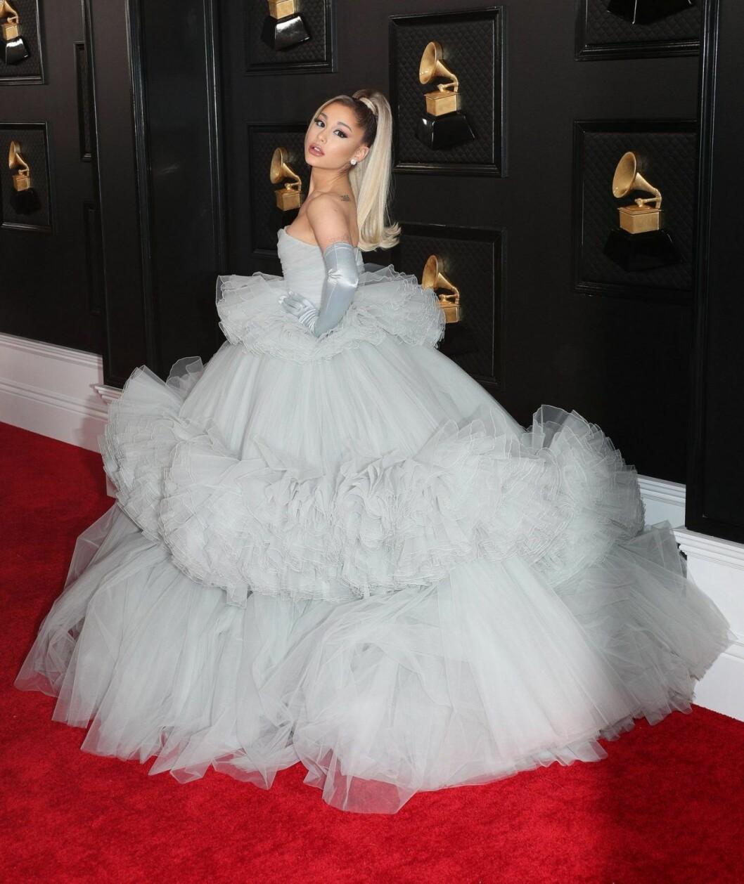 Ariana Grande stal showen i storslaget fluff från Giambattista Valli.