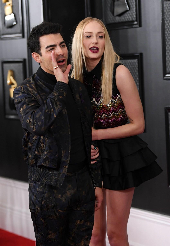 Joe Jonas och Sophie Turner kom till galan iklädda Ermenegildo Zegna respektive Louis Vuitton.