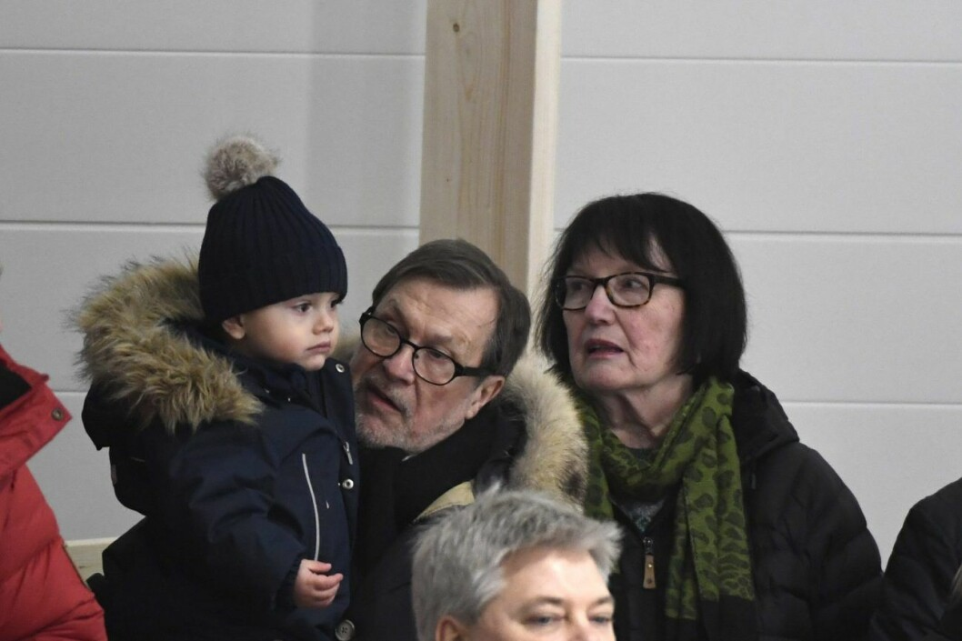 Prins Oscar trivs bra hos farfar och farmor.