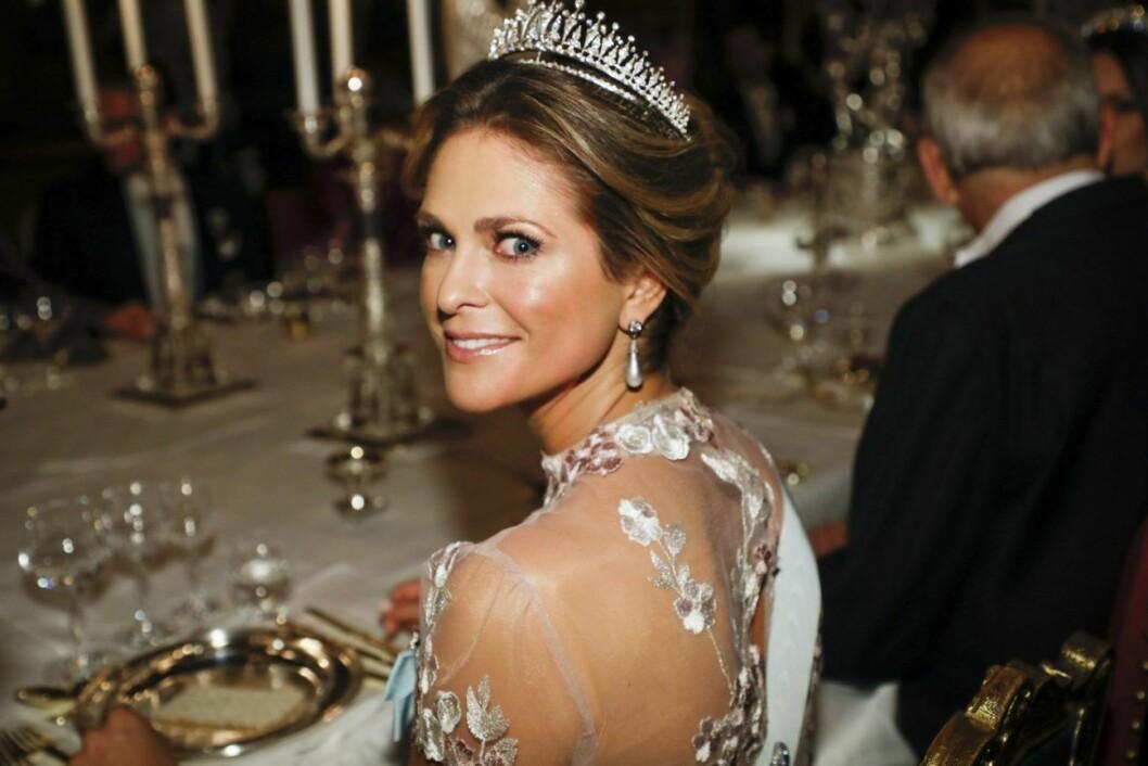 Prinsessan Madeleine dök upp ensam på Nobelfesten förra året då Chris O´Neill var hemma med barnen.