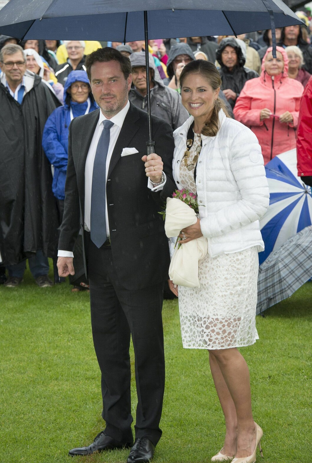 Prinsessan Madeleine och Chris under ett paraply