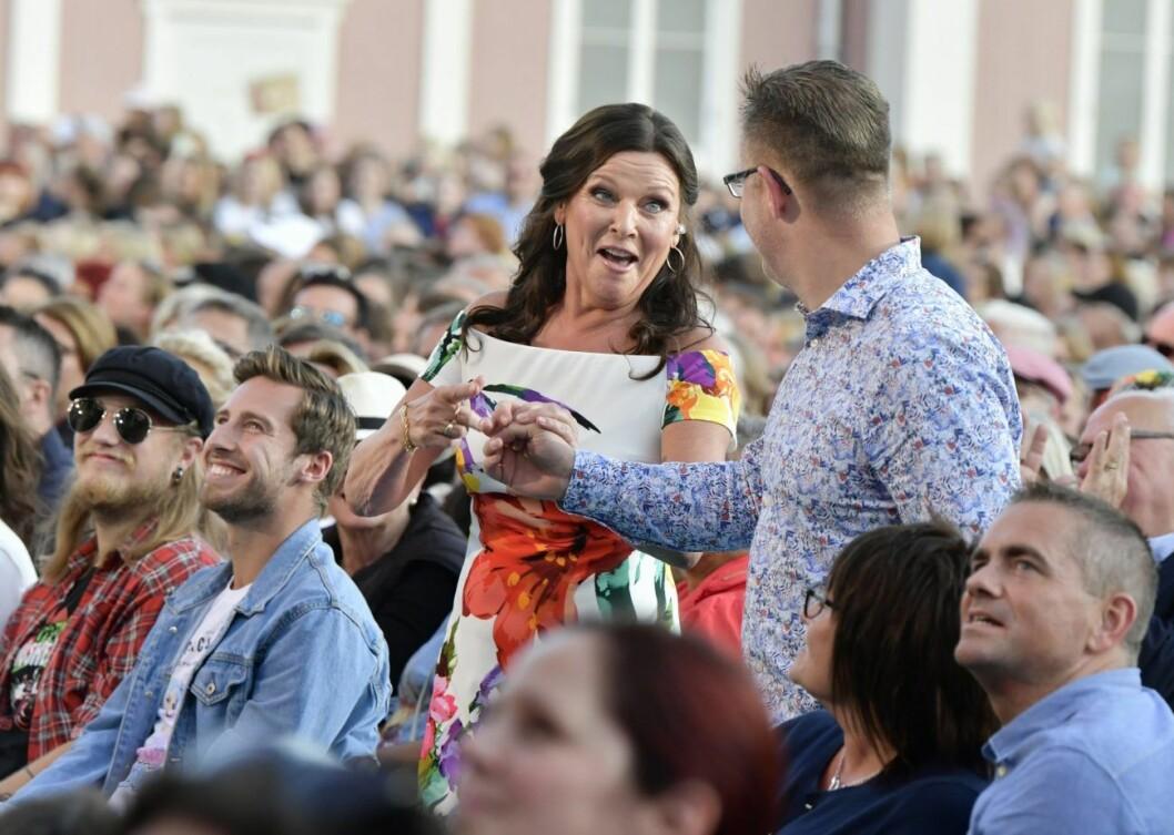 Lotta Engberg får fart på publiken i Lotta på Liseberg.