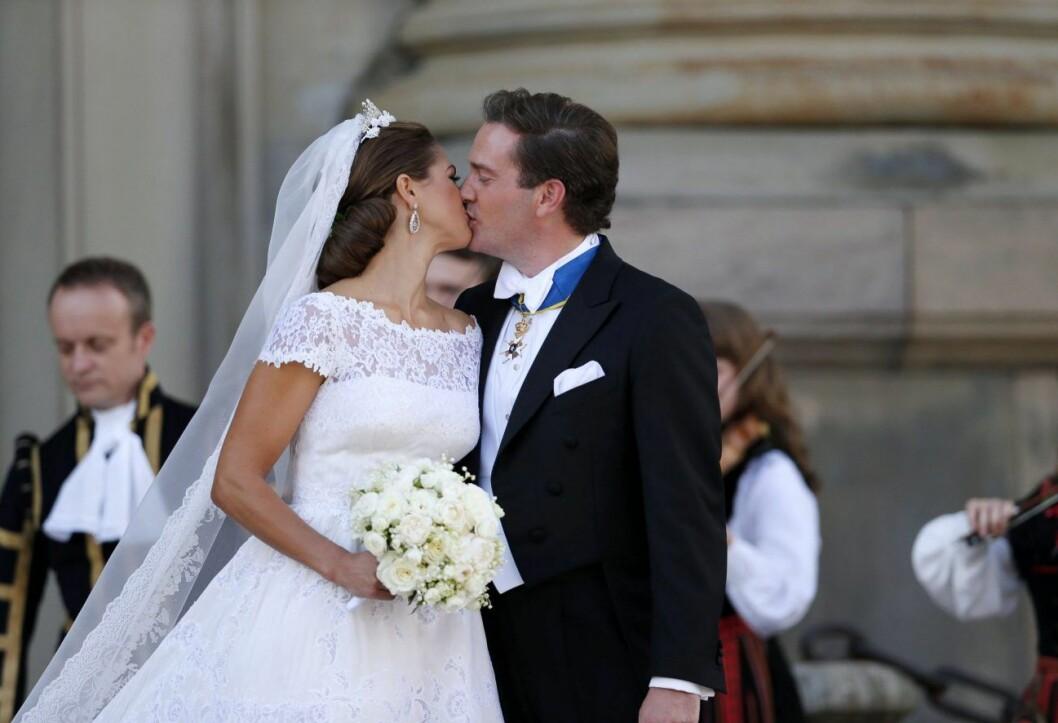 Prinsessan Madeleine och Chris O´Neill efter sitt bröllop i Slottskyrkan.