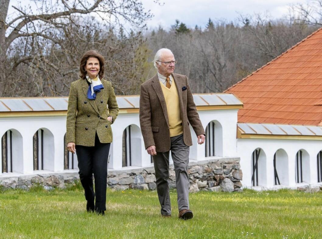 Drottning Silvia och kung Carl Gustav på Stenhammars slott.