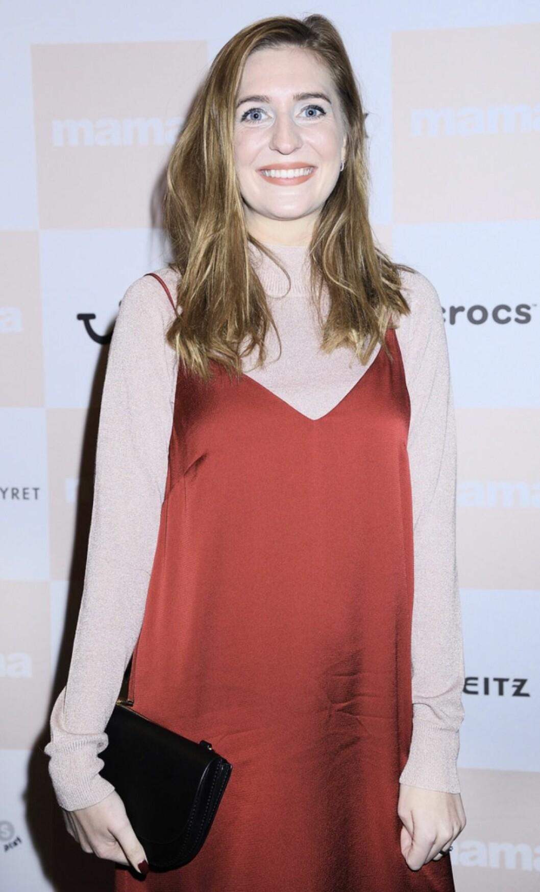 Sheila Arnell, röd klänning