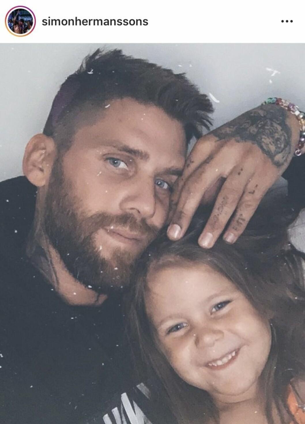 Simon Hermansson från Bachelor med dottern Lily