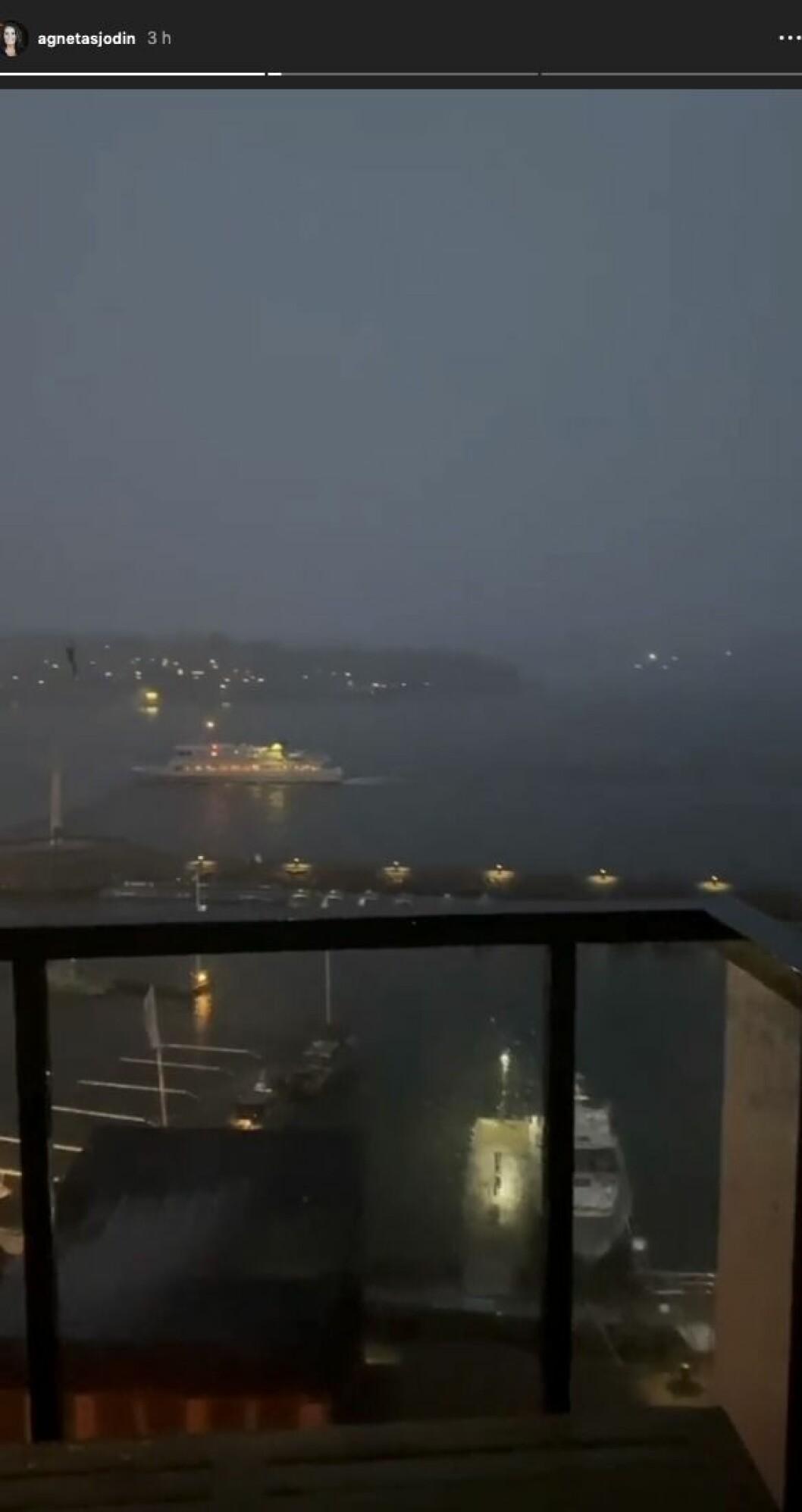Agneta Sjödin har fångat utsikten från balkongen en mörk höstkväll