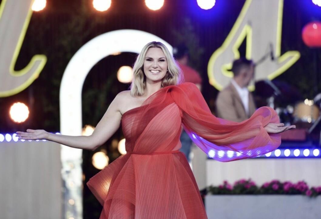 Sanna Nielsen i röd klänning Allsång på Skansen 2020