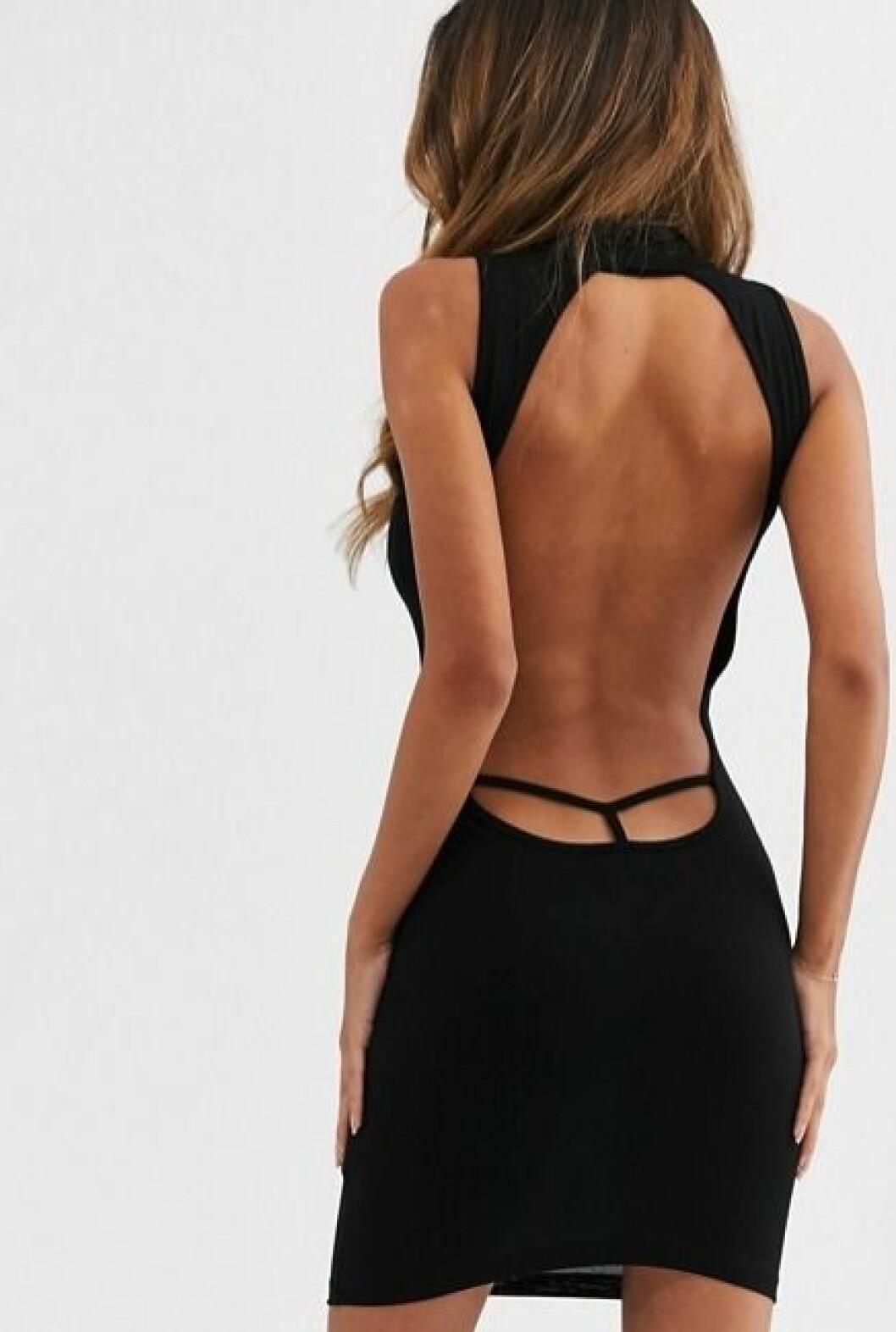 Svart klänning med öppen rygg