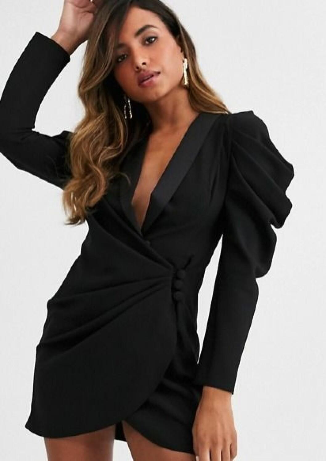 Klänning med detaljer vid axlar