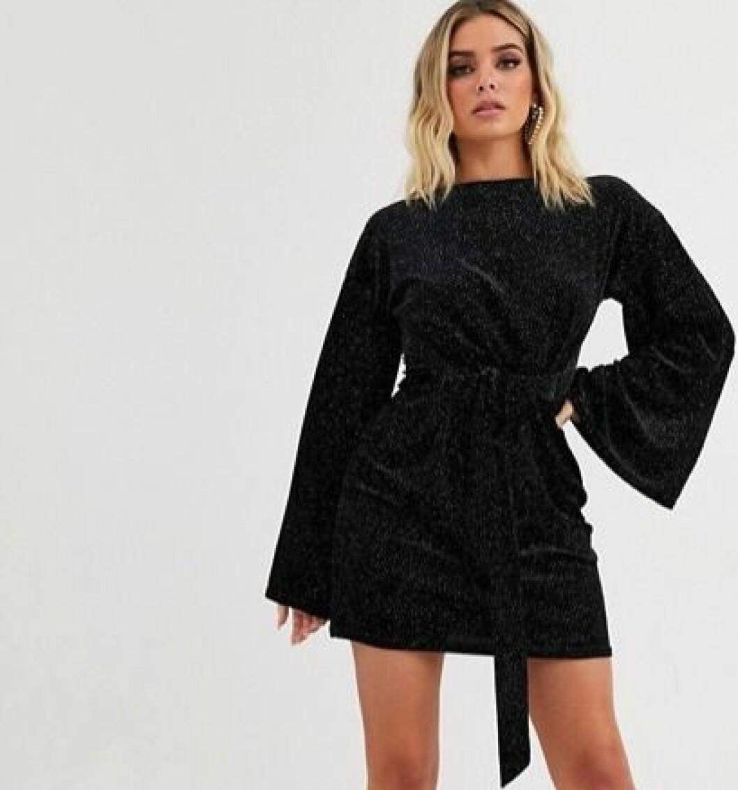 svart klänning med detaljer