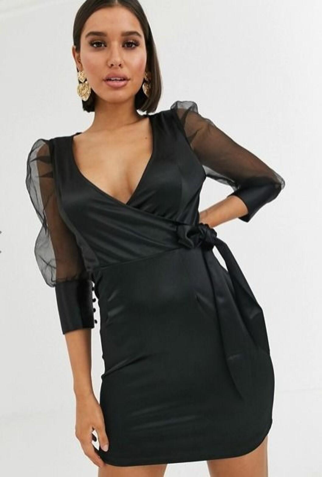 svart klänning i satin