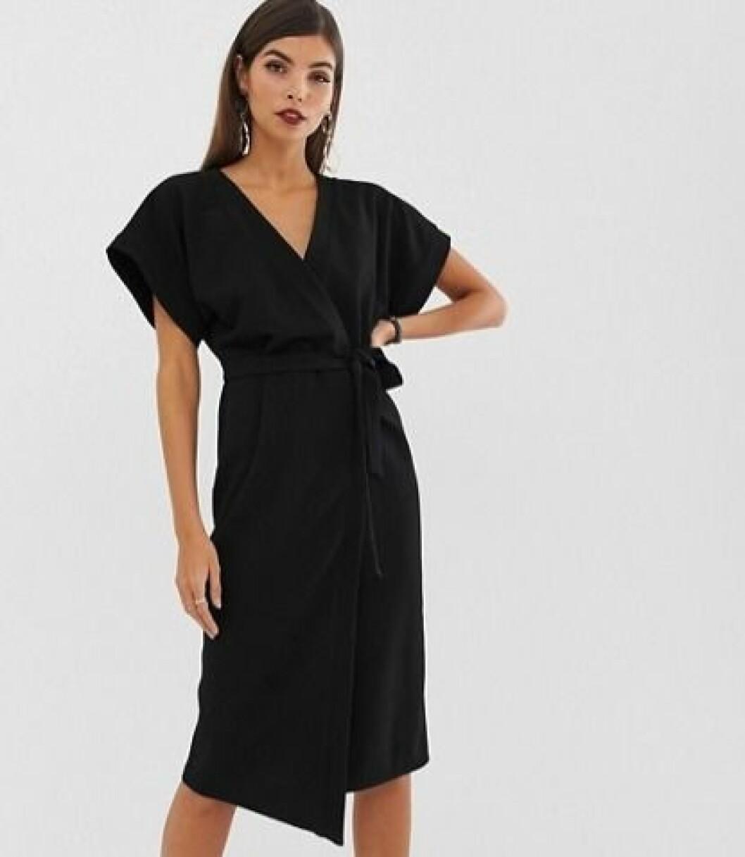 Svart klänning med omlott