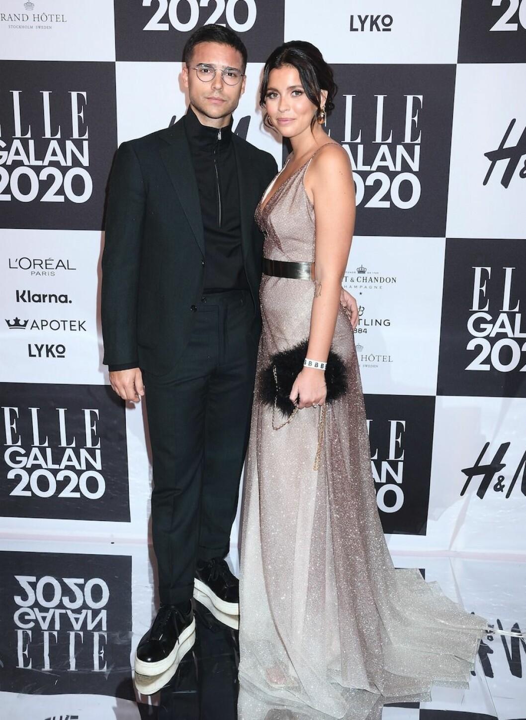 Eric Saade och fästmön Nicole Falciani uppklädda på ELLE-galans röda matta 2020