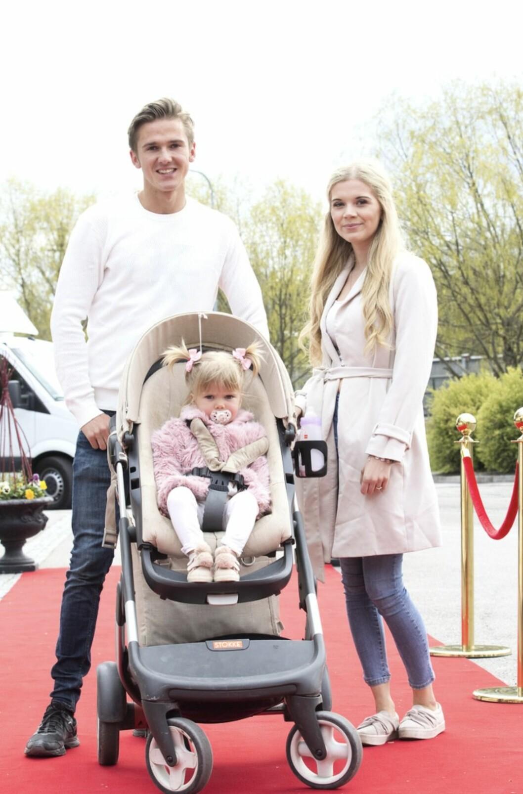 Linn Andersson från Unga Mammor med dottern Tindra och pojkvännen Marcus Malm och Tindra