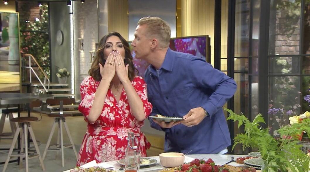 Soraya Lavasani får en puss på kinden av kollegan Jesper Börjesson inför semestern.