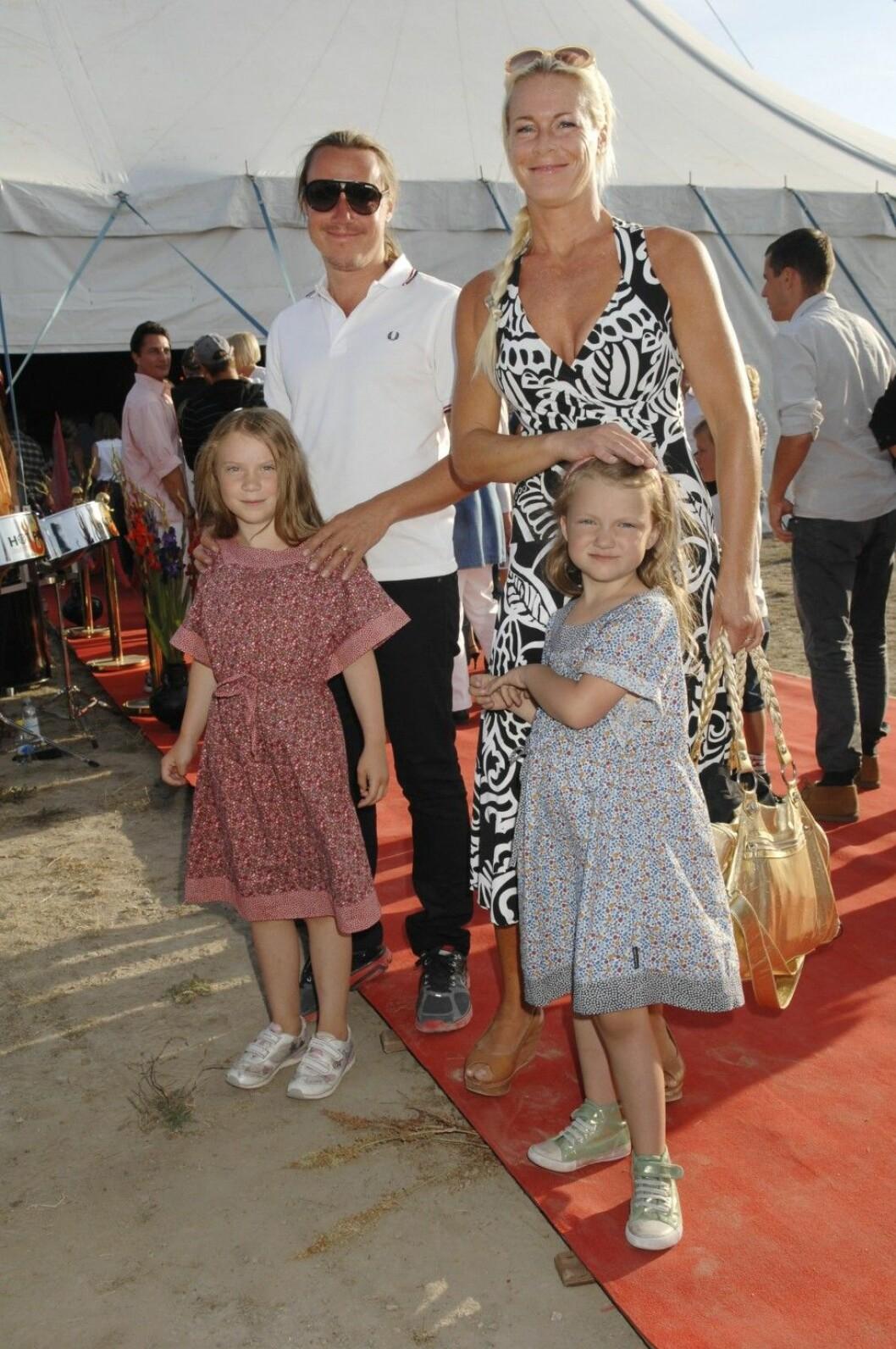 Malena Ernman med maken Svante och döttrarna Greta och